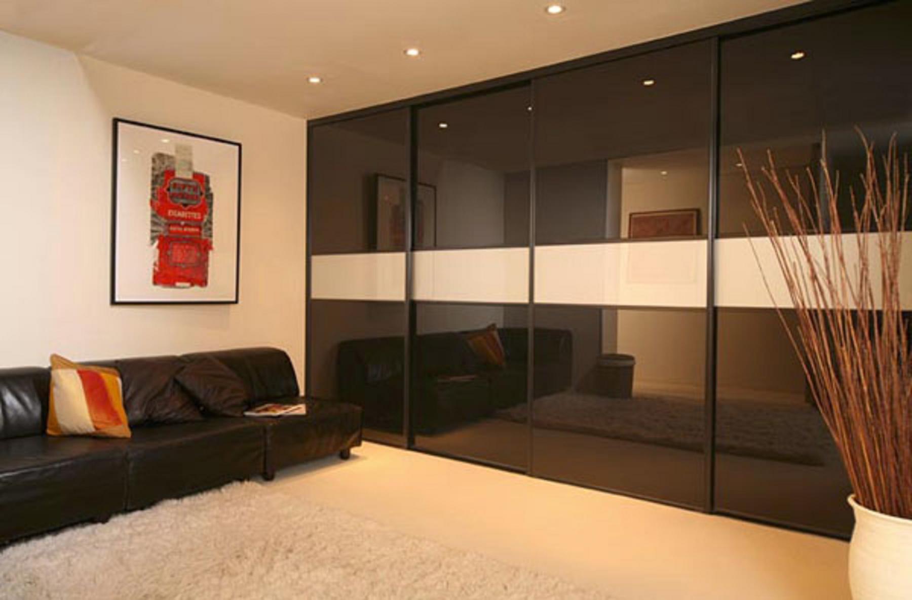 Дизайн зала со шкафом купе.